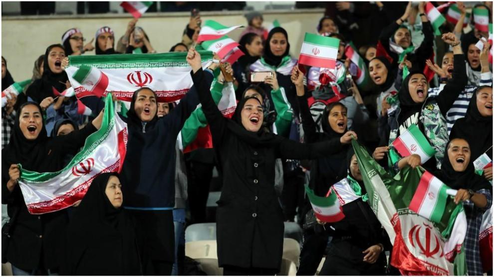 Mujeres iraníes celebran un gol en un partido contra Bolivia.