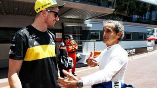 Prost y Hulkenberg charlan durante el GP de Mónaco 2018.