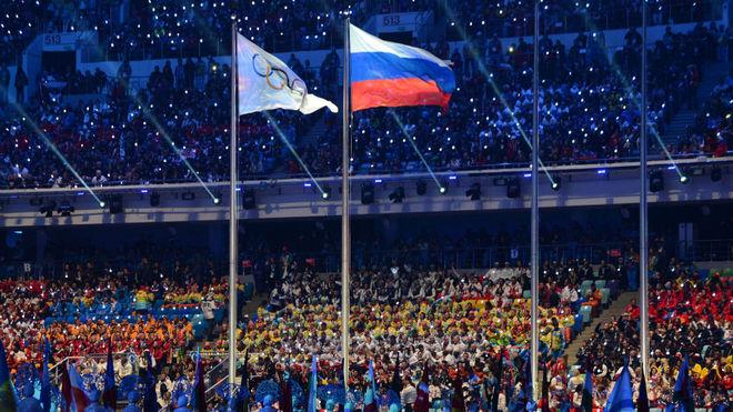 Las banderas olímpicas y rusa en la ceremonia de clausura de Río