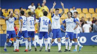 Carlos Vigaray señala al cielo tras marcar su gol en Alcorcón.