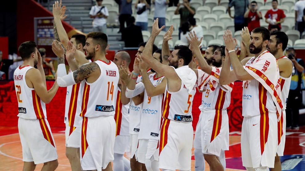 Los jugadores de España saludan a la afición