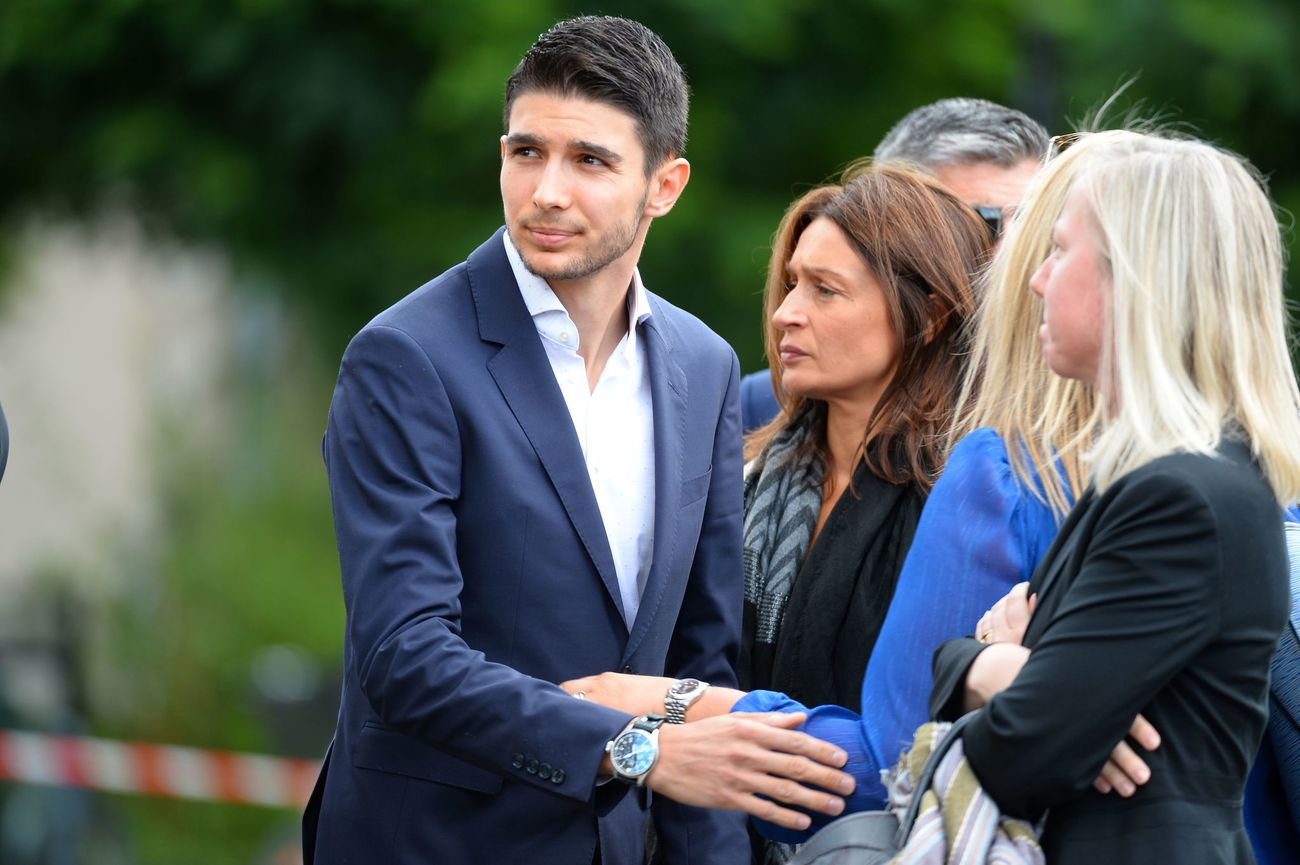 Formula 1's French driver Esteban Ocon and his mother Sabrina (C) arrives to attend at the funeral ceremony of the late French racing driver Anthoine Hubert's at the Cathedral of Notre Dame, on September 10, 2019, in Chartres, center France. - The 22-year-old F2 driver was killed on August 31, 2019 in a crash on the Spa-Francorchamps circuit. (Photo by JEAN-FRANCOIS MONIER / AFP)