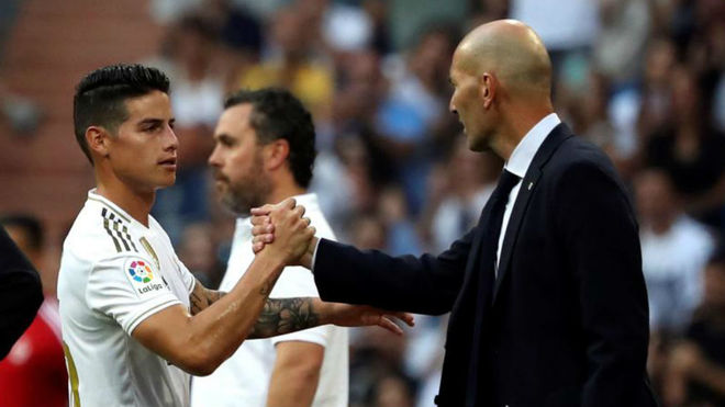 James and Zidane greet each other in the match against Real Valladolid