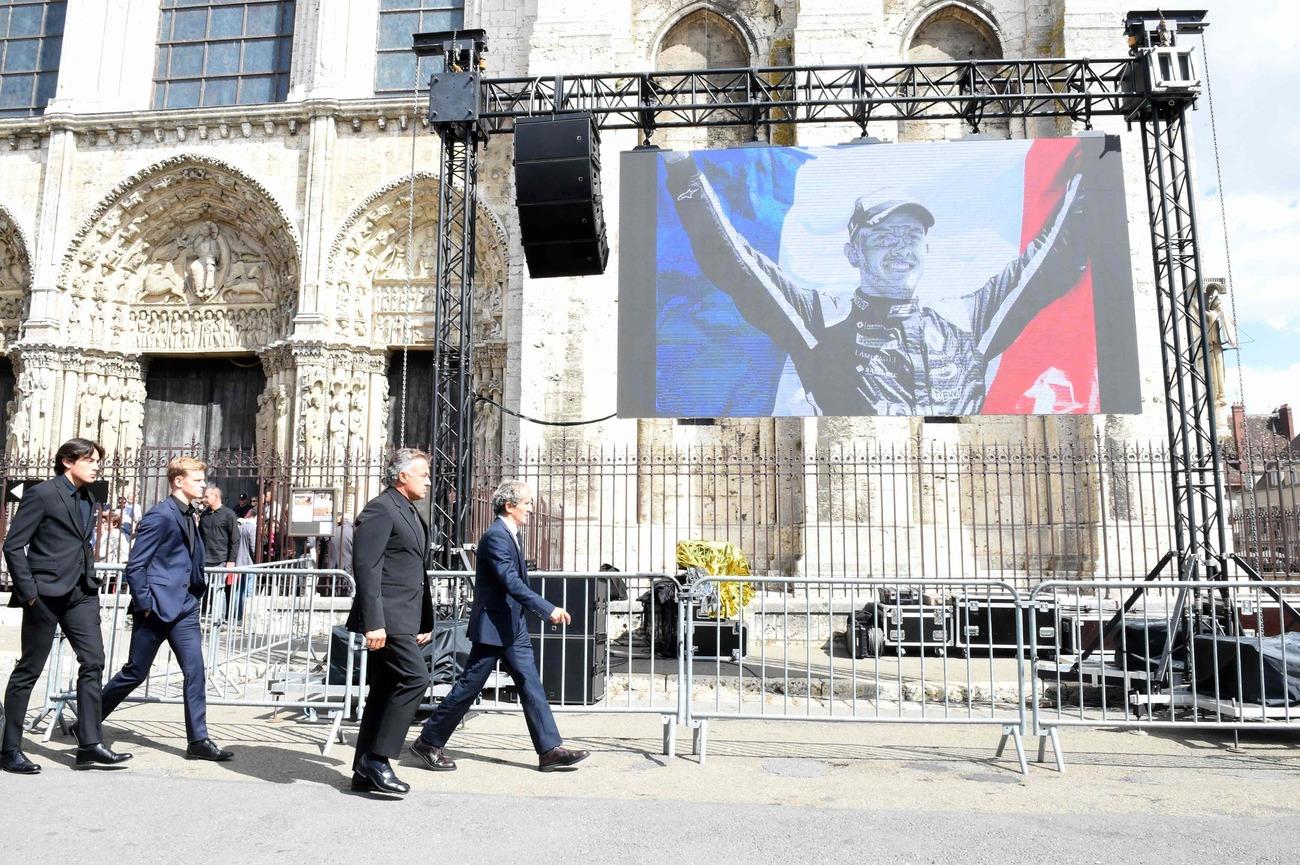 (L-től) A Trident racing francia versenyzője, Juliano Alesi, a Prema Racing német versenyzője, Mick Schumacher, a francia korábbi versenyző Jean Alesi és a nyugdíjas francia F1 versenyző, valamint a Renault speciális tanácsadója, Alain Prost érkezik a késő francia versenyző, Anthoine Hubert temetésére a A Notre Dame-i székesegyház, a Chartres-ban, 2019. szeptember 10-én. - A 22 éves F2-sofőr 2019. augusztus 31-én meghalt egy baleset során a Spa-Francorchamps körzetben.  (Fotó: JEAN-FRANCOIS MONIER / AFP)