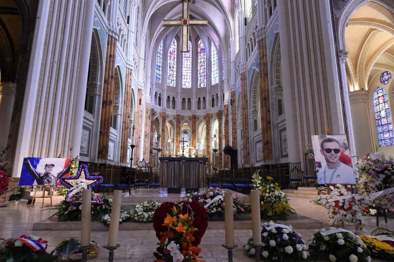 Anthoine Hubert, a késő francia versenyző portrék kerülnek a Chartres-i székesegyházba temetési szertartása előtt, 2019. szeptember 10-én. - A 22 éves F2-sofőr 2019. augusztus 31-én meghalt egy balesetben a Spa-Francorchamps-on. áramkört.  (Fotó: JEAN-FRANCOIS MONIER / AFP)