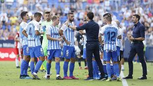 Víctor Sánchez charla con sus jugadores durante el partido que les...