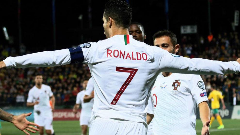 Cristiano celebra uno de sus goles a Lituania