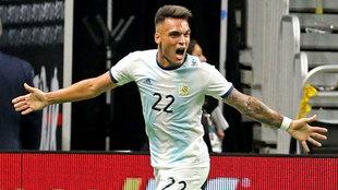 Lautaro Martinez celebra uno de sus goles ante México
