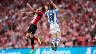 Diego Llorente pugna por un balón aéreo con el rojiblanco Raúl...