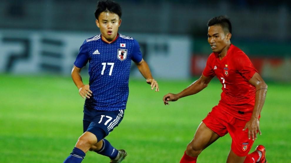 Takefusa Kubo conduce el balón en un partido con Japón