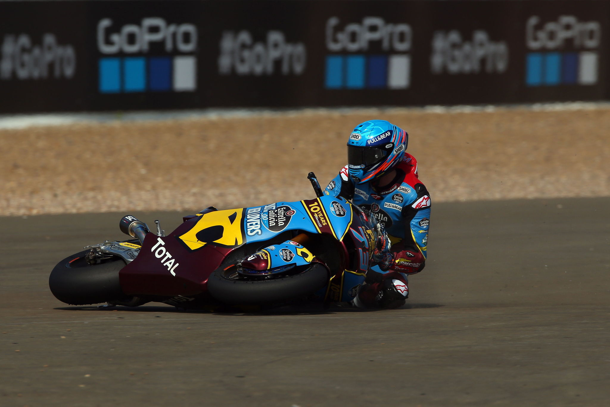 Northampton (United Kingdom), 25/08/2019.- Spanish Moto2 rider <HIT>Alex</HIT><HIT>Marquez</HIT> of the EG 0,0 Marc VDS Team crashes during the Moto2 race of the 2019 Motorcycling Grand Prix of Britain at the Silverstone race track, Northampton, Britain, 25 August 2019. (Motociclismo, Ciclismo, Reino Unido) EFE/EPA/TIM KEETON