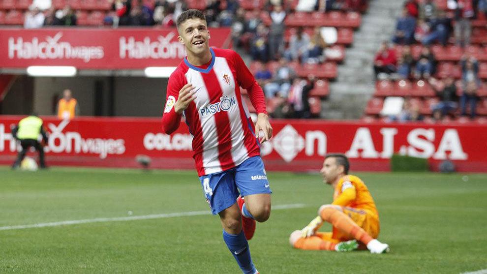 Nacho Méndez celebra un gol al Cádiz en El Molinón