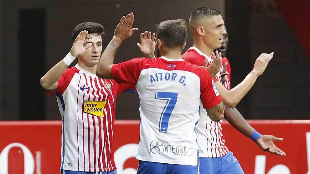 Manu García celebra con sus compañeros su gol al Albacete