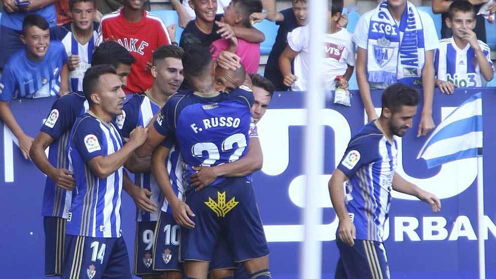 Los jugadores de la Deportiva celebran un gol delante de su afición...