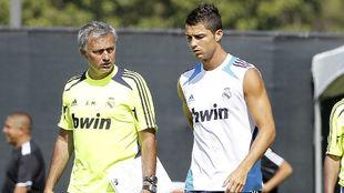 José Mourinho y Cristiano Ronaldo, en un entrenamiento con el Real...