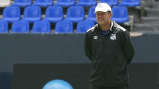 Juan Reynoso dirige un entrenamiento.