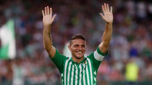 Joaquín saluda a la afición del Betis en el Villamarín.