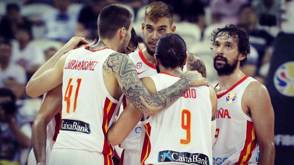 Los jugadores de la Selección de baloncesto de España hablan durante...