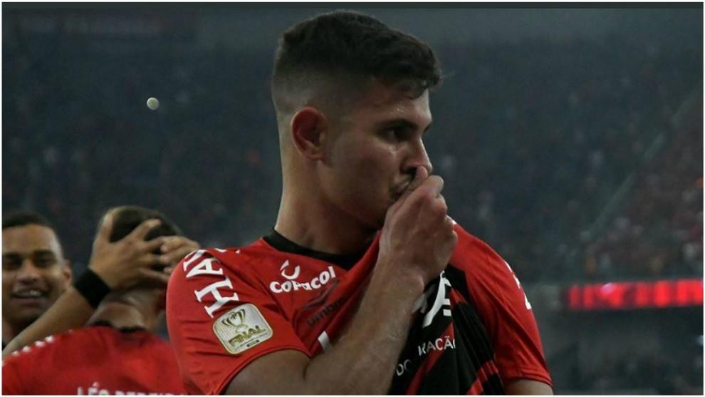 Bruno Guimaraes celebra su gol contra el Internacional.
