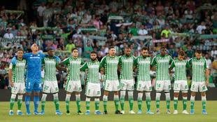 Jugadores y afición, antes del duelo con el Valladolid.