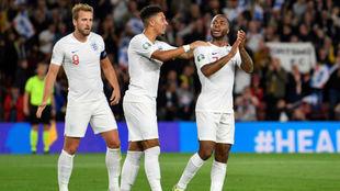 Los jugadores de Inglaterra celebran un gol.