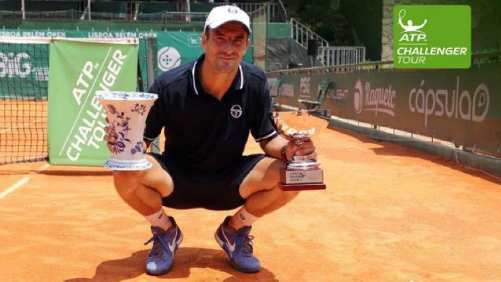 Tommy Robredo, con los trofeos de uno de los challengers ganados en...