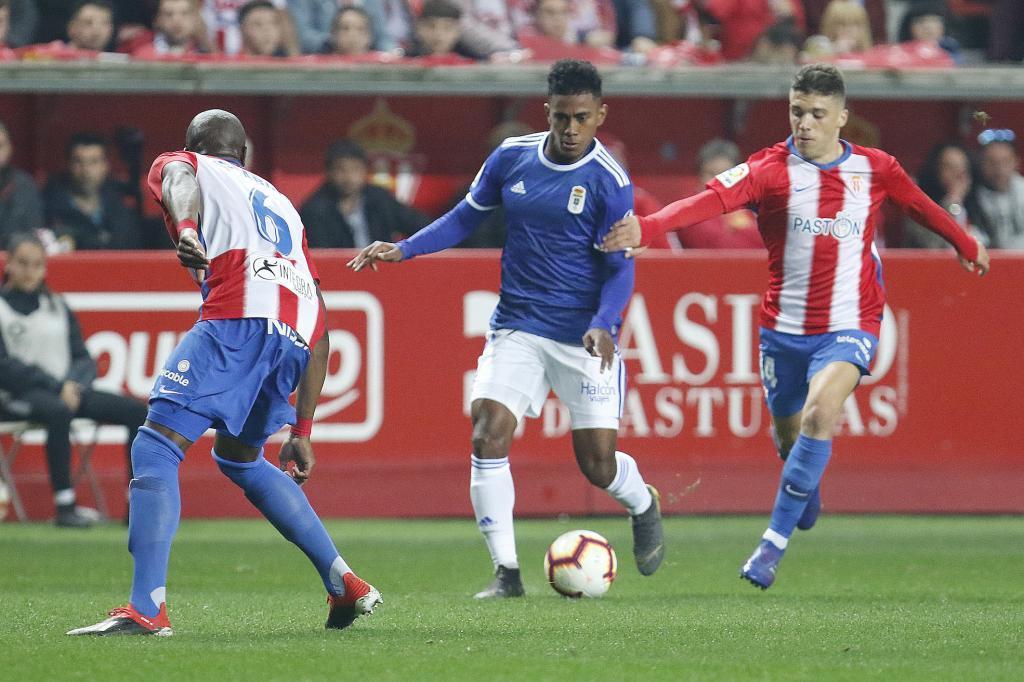 Bácenas conduciendo un balón en el encuentro ante el Sporting de la...
