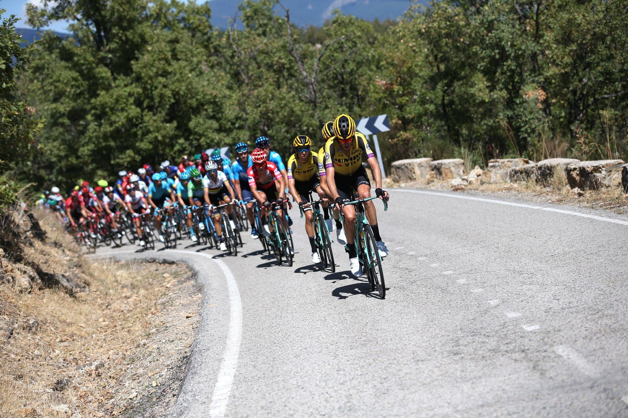 GRAF735. PUERTO DE LA MORCUERA (C. DE MADRID), 12/09/2019.- El pelotón durante la ascensión en el Puerto de la Morcuera en la décimo octava etapa de la <HIT>Vuelta</HIT> ciclista a España 2019, que ha partido este jueves desde la localidad madrileña de Colmenar Viejo y finaliza en Becerril de la Sierra tras 177,5 kilómetros de recorrido. EFE/Javier Lizón