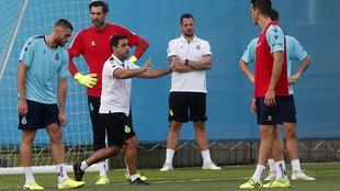 David Gallego da instrucciones a sus futbolistas.