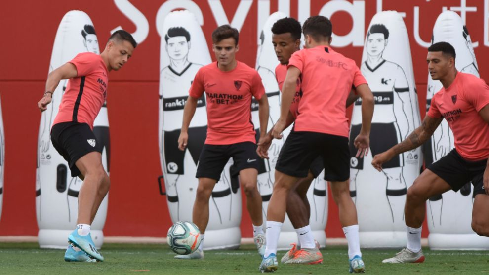 Chicharito, in the first training with his companions