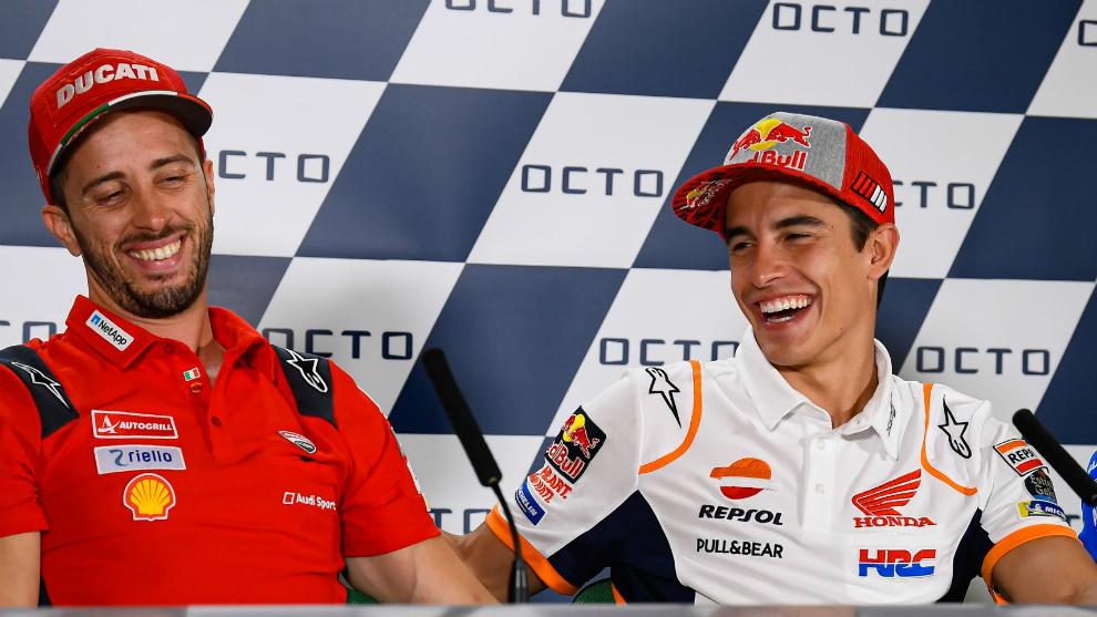 Márquez y Dovizioso se ríen durante la rueda de prensa del GP de San...