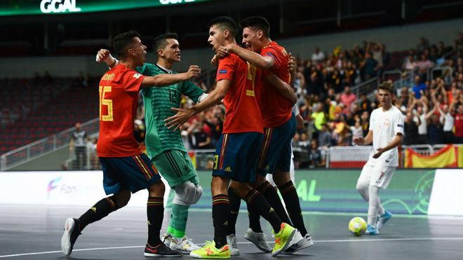 Los jugadores españoles celebran uno de sus goles.