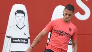 Chicharito, entrenándose con el Sevilla.