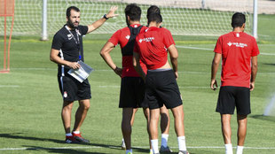 Diego Martínez da indicaciones durante un entrenamiento del Granada.