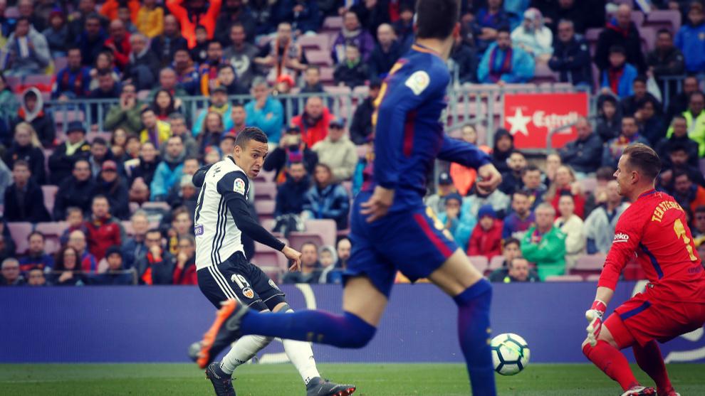 Rodrigo Moreno dispara a portería en el Barcelona - Valencia de la...