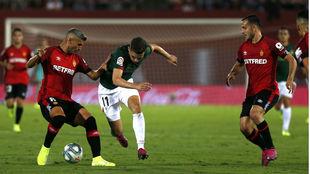 Córdoba y Salva Sevilla disputan un balón.