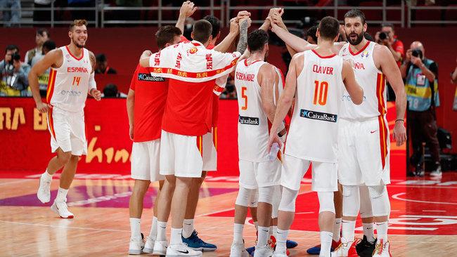 Los jugadores de la selección española celebran el triunfo