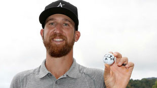 Kevin Chappell, con la bola firmada tras hacer 59 golpes.