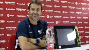 El técnico sevillista Julen Lopetegui (52) sonríe en sala de prensa.