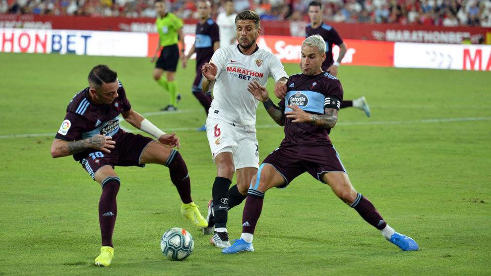 Iago Aspas, protege el balón en el partido frente al Sevilla por la...