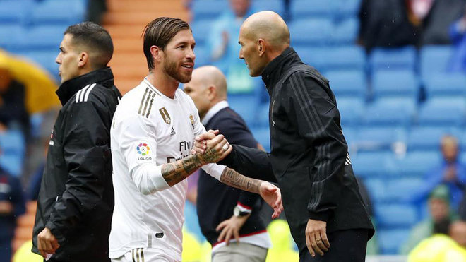 Zinedine Zidane and Sergio Ramos speaking after the substitution.