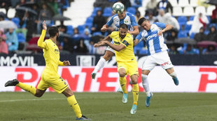 Mario Gaspar y Guido Carrillo saltan a por un balón.