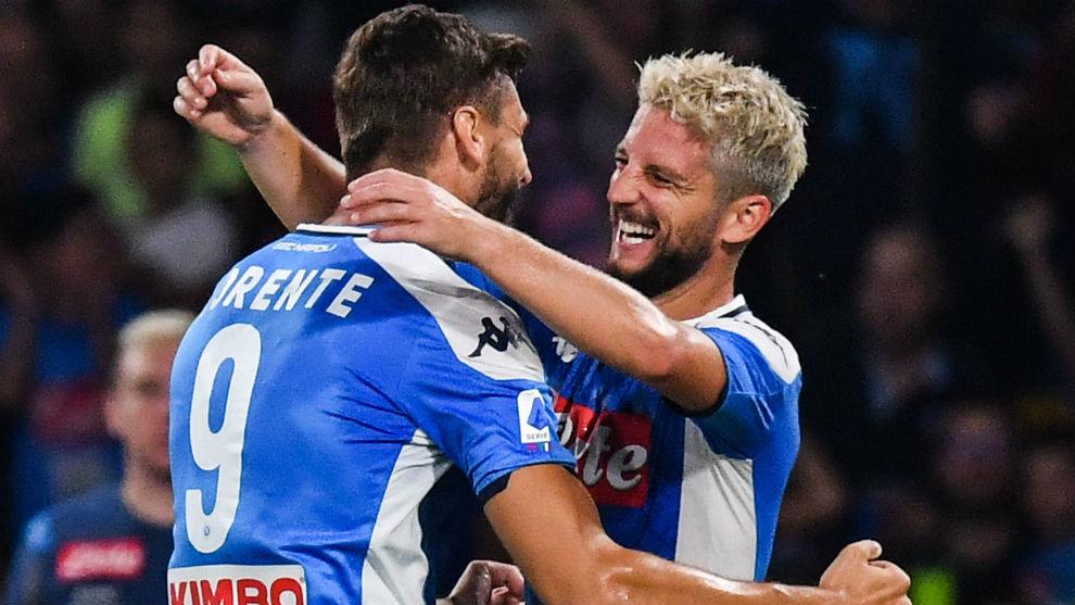Llorente (34) y Mertens (32) celebran el segundo gol del belga.