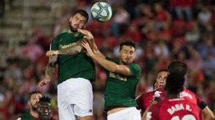Iñigo Martínez despeja un balón de cabeza en el partido ante el...