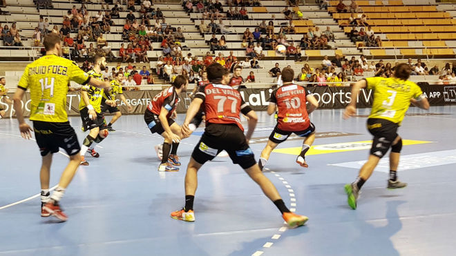 Un momento del partido entre el Huesca y el Ademar /