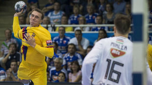 Andersson se dispone a lanzar sobre la portería de Mikler /