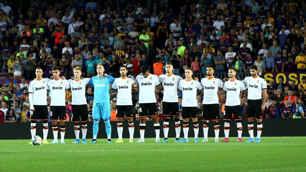 Los jugadores del Valencia forman durante el minuto de silencio.