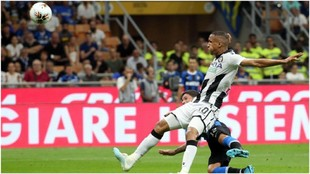 Stefano Sensi marca de cabeza el 1-0 del Inter.