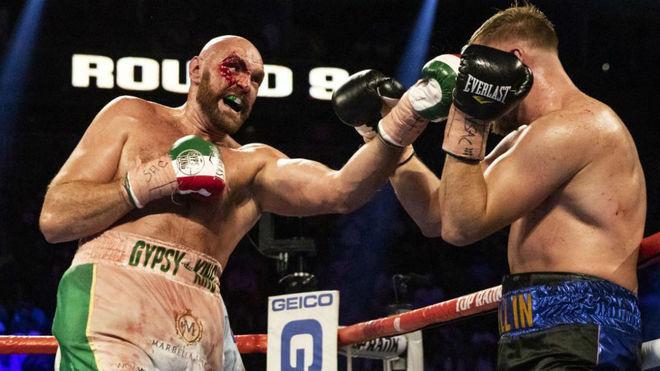 Tyson Fury alcanza a Wallin en el rostro.