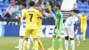 Los jugadores del Villarreal celebran un gol bajo la tristeza de los...